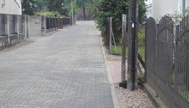 Ulica wyłożona szarą kostką z betonu