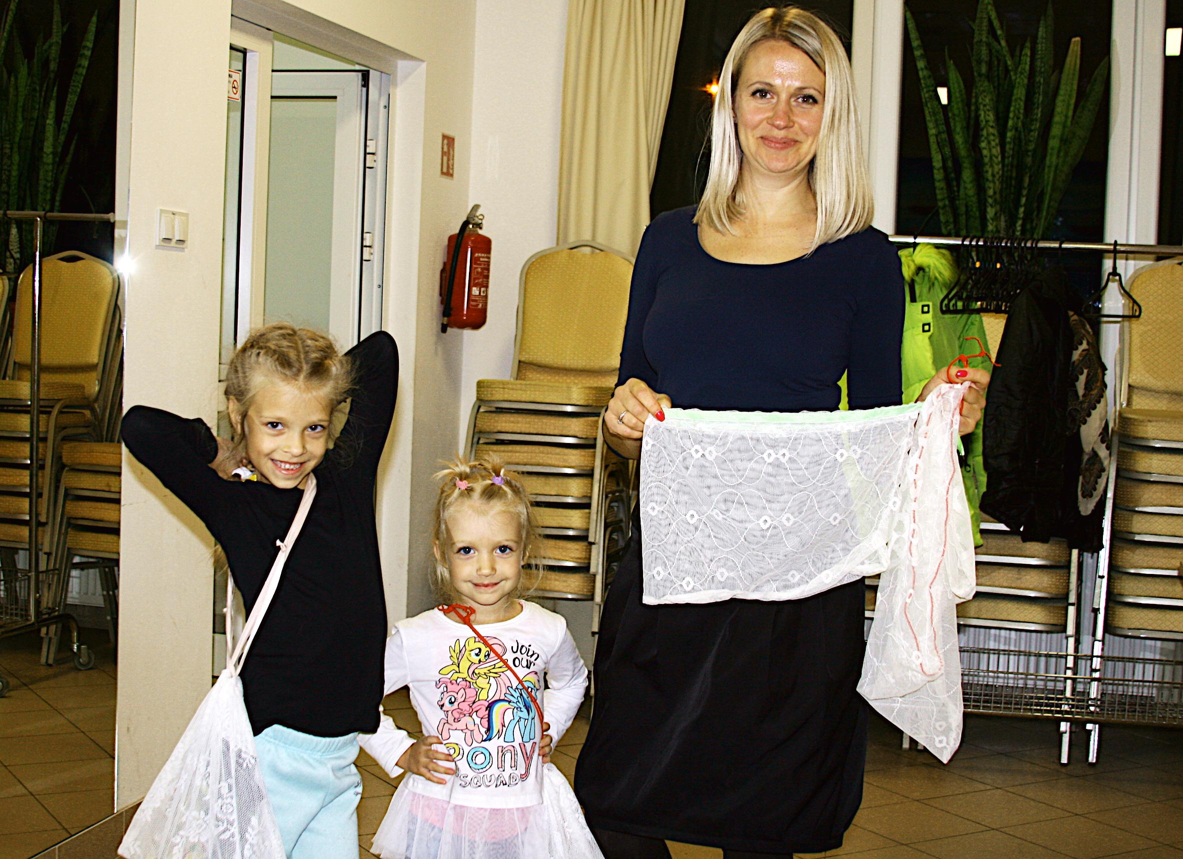 Warsztaty szycia woreczków na żywność z firanek. Młoda mama z córkami prezentuje efekt pracy