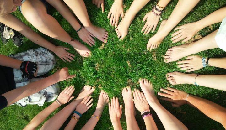 Ręce młodych ludzi ułożone tak, że w środku powstało koło