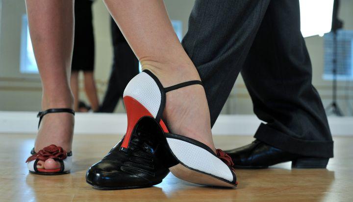 Nogi damskie i męskie w czasie tańca