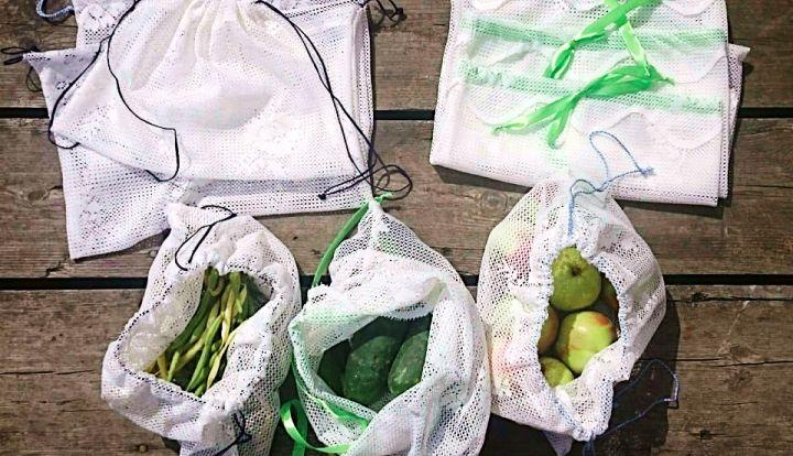 Woreczki na żywność z firanek. W trzech znajdują się fasolka, ogórki i jabłka