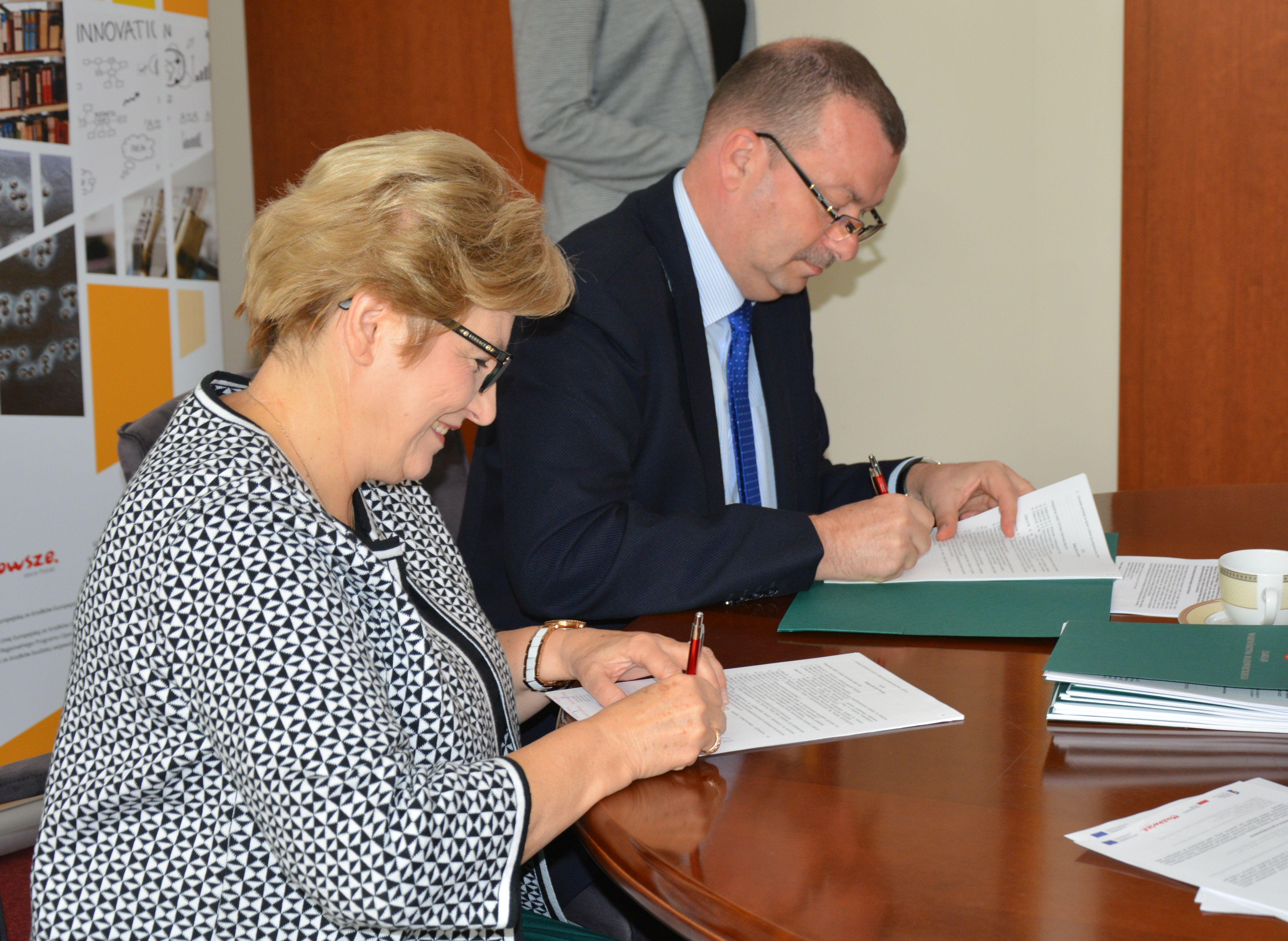 Przedstawiciele Zarządu Woj. Mazowieckiego podpisują umowę na dotacje na drugą ścieżkę rowerową