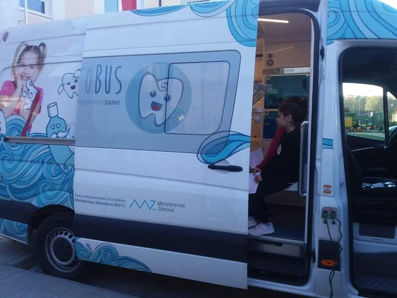 Mobilny gabinet stomatologiczny. Badanie dzieci ze szkoły w Zakręcie