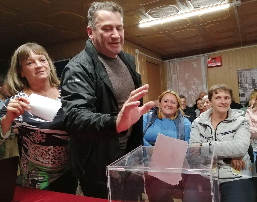 Wybory sołtysa w Dziechcińcu. Mieszkaniec Dziechcińca wrzuca głos do urny wyborczej