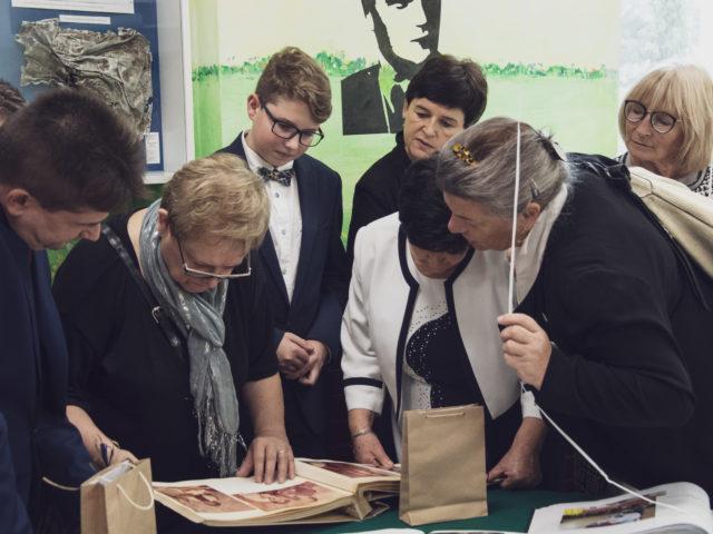 60-lecie Szkoły Podstawowej w Wiązownie. Absolwenci oglądają księgi pamiątkowe