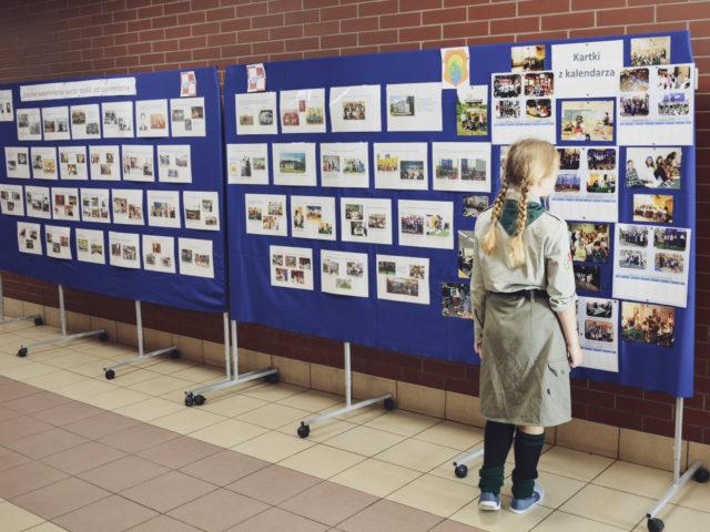 60-lecie Szkoły Podstawowej w Wiązownie. Harcerka ogląda jedną z wystaw