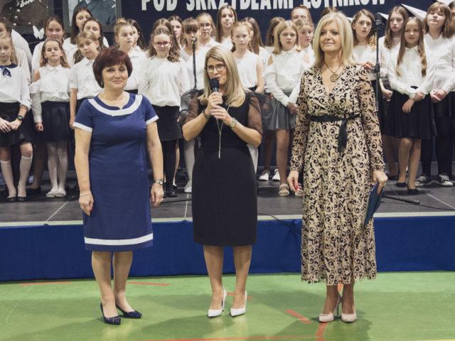 60-lecie Szkoły Podstawowej w Wiązownie. Dyrektor Marzena Wróbel oraz radne Bogumiła Majewska i Grażyna Kilbach