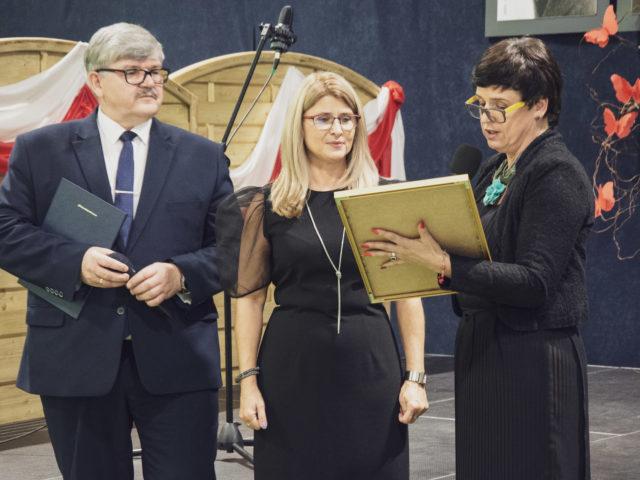 60-lecie Szkoły Podstawowej w Wiązownie. Wójt Janusz Budny, dyrektor Marzena Wróbel, przewodnicząca rady Renata Falińska