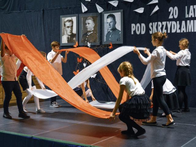60-lecie Szkoły Podstawowej w Wiązownie. Taniec z flagami