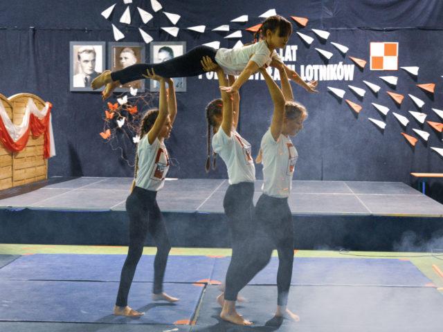 60-lecie Szkoły Podstawowej w Wiązownie. Pokaz akrobatyczny