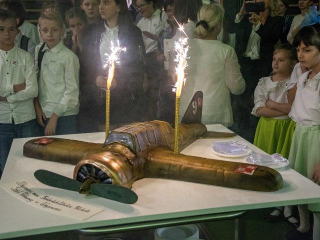 60-lecie Szkoły Podstawowej w Wiązownie. Tort w kształcie samolotu