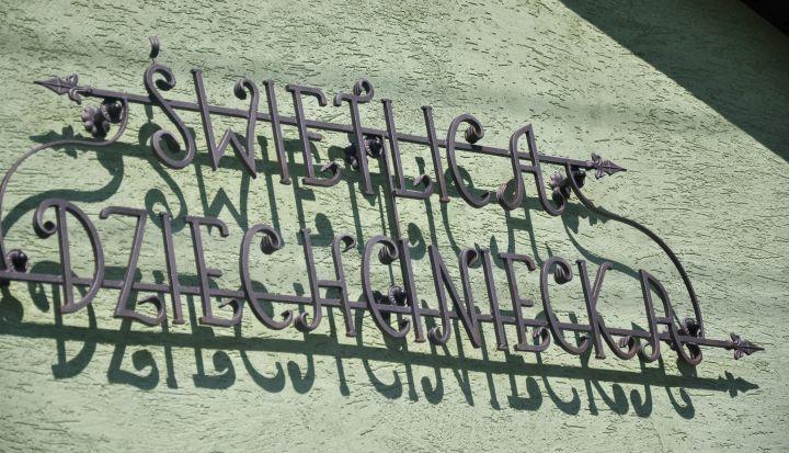 Świetlica w Dziechcińcu. Napis kuty na budynku