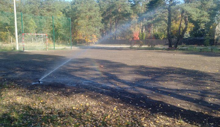Boisko sportowe przy świetlicy w Radiówku po renowacji. Akcja nawadniania dopiero co posianej trawy