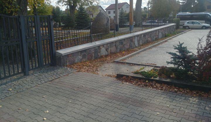 Fragment chodnika i parkingu przy kościele w Gliniance