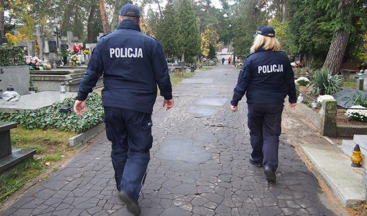 Policjanci patrolują cmentarz