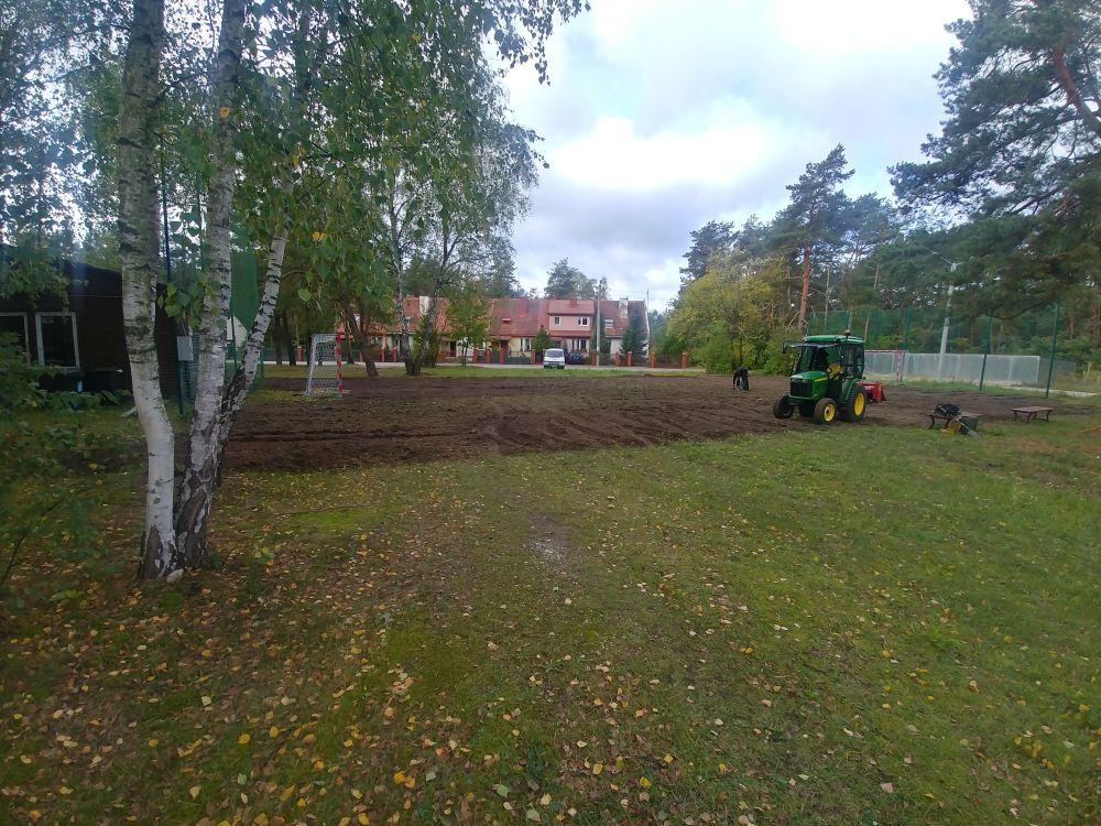 Boisko przy świetlicy w Radiówku. Prace renowacyjne terenu. Nowa ziemia