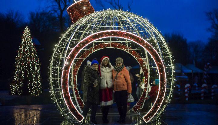 Świąteczna świecąca bombka na placu centrum w Wiązownie
