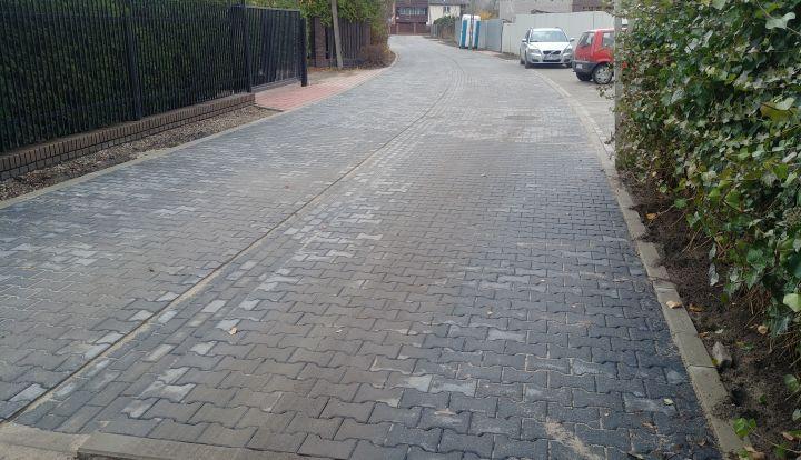 Ulica Dobra w Zakręcie zastała ułożona z szarej kostki