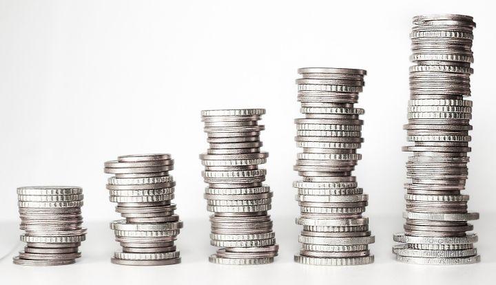 Stosy srebrnych monet. Rosną od lewej do prawej