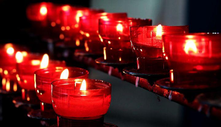 Zapalone świeczki o wosku w kolorze czerwonym