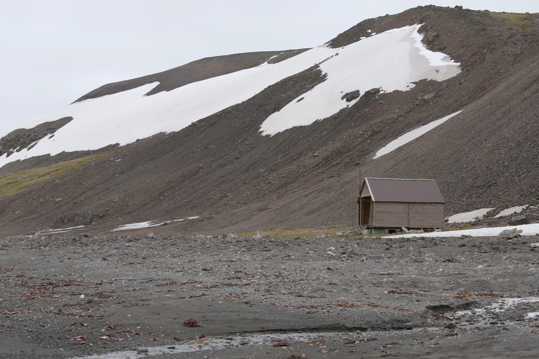 Antarktyda. Widok na góry i drewniany dom