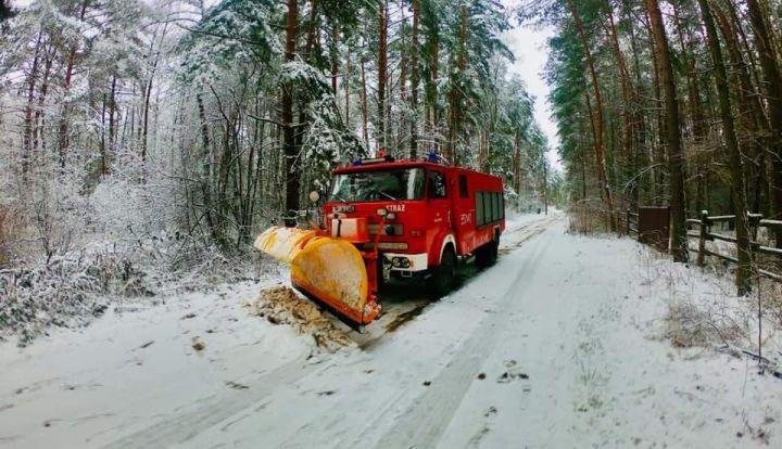 Strażacy z OSP odśnieżają gminną drogę