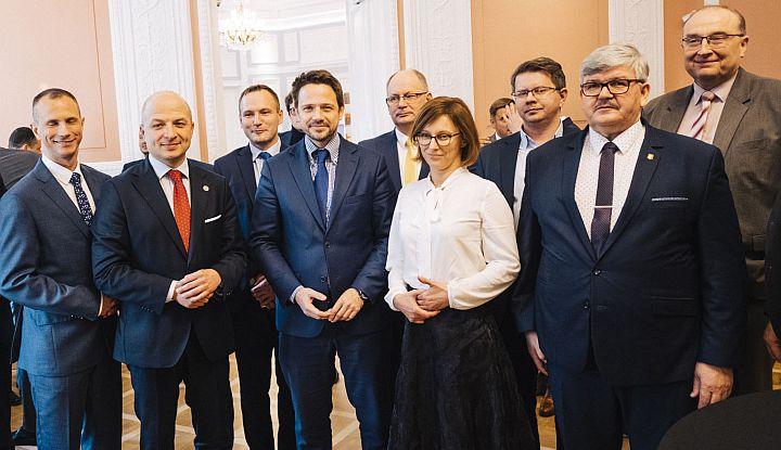 Grupowe zdjęcie podczas spotkania Metropolii Warszawskiej. Drugi pod prawej wójt Gminy Wiązowna Janusz Budny