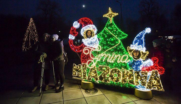 Na terenie gminy oraz Gminnego Parku Centrum rozbłysły świąteczne iluminacje. W parku pojawiło się monidło, gdzie w świątecznej scenerii można zrobić sobie pamiątkowe zdjęcie.