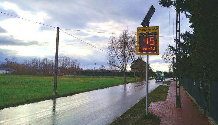Radar drogowy zamontowany przy drodze w Boryszewie