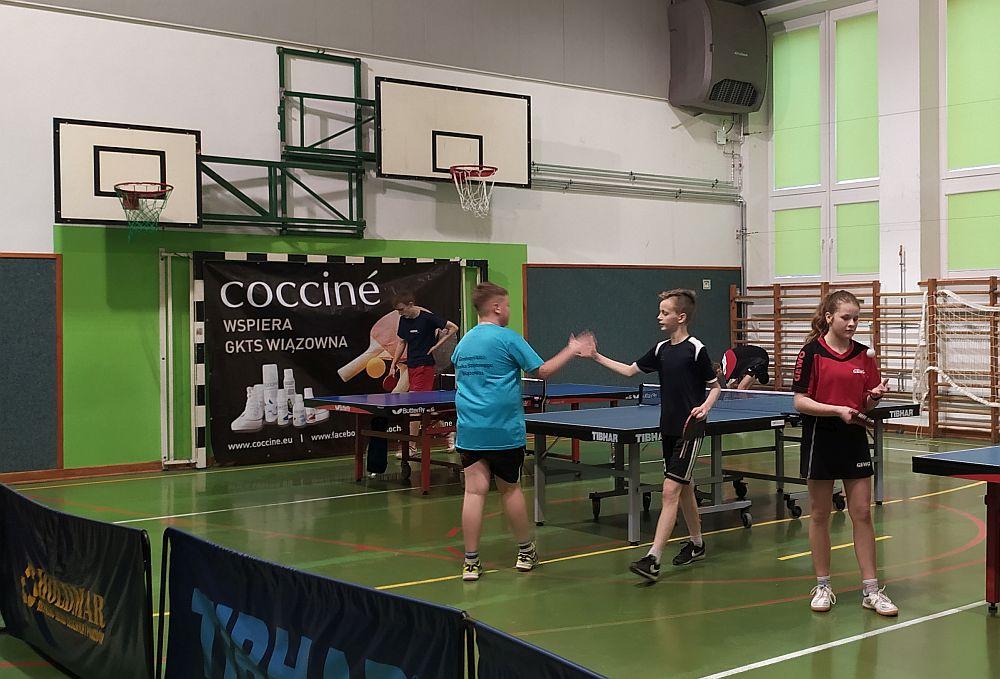 Turniej tenisa stołowego w hali szkoły w Wiązownie. Rozgrywki