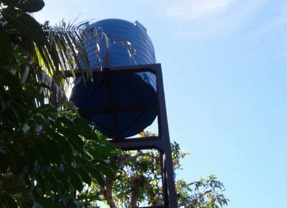 Zbiornik z wodą na stojaku