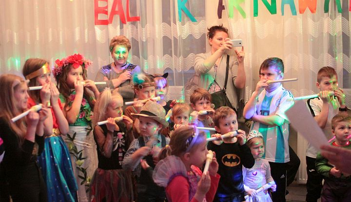 Bal karnawałowy w Duchnowie w 2019 r. Dzieci grają na wykonanych przez siebie instrumentach
