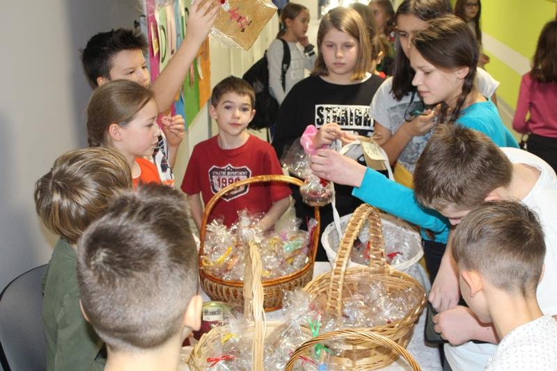 Dzieci ze szkoły w Zakręcie sprzedają pierniki, a zebrane pieniądze przekażą dla malej Poli, która potrzebuje operacji