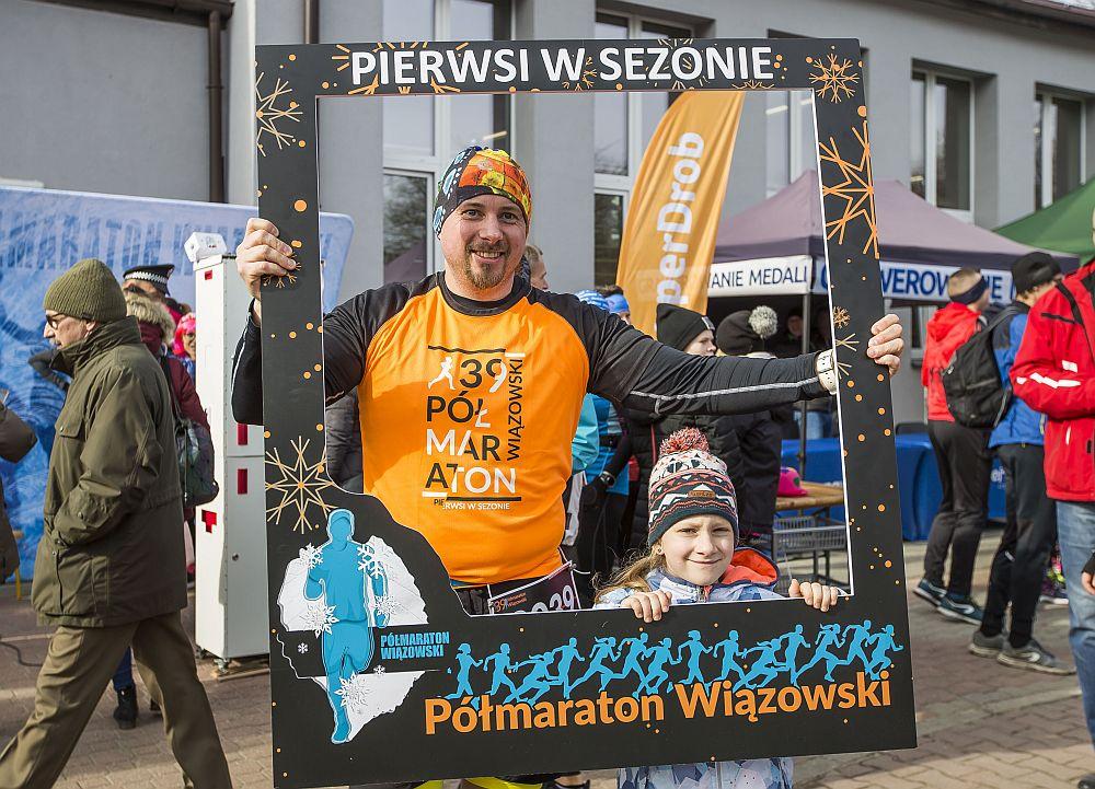 Tata z córką robią sobie zdjęcie w ramca 39. Półmaratonu Wiązowskiego