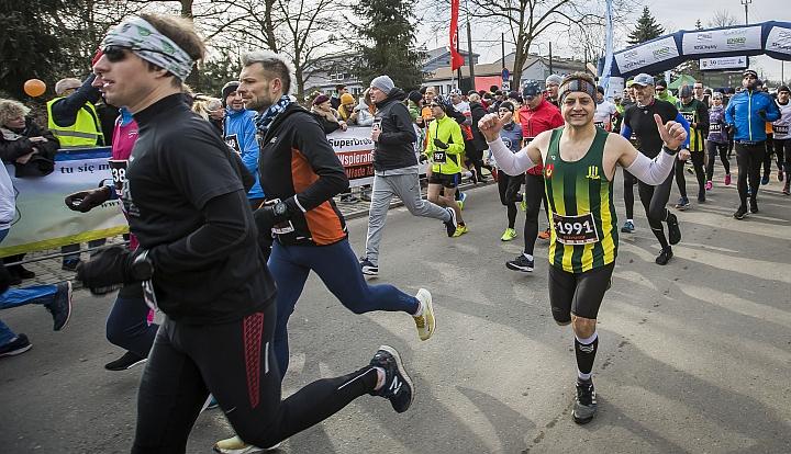 Start 39. Półmaratonu Wiązowskiego. Biegnący zawodnicy