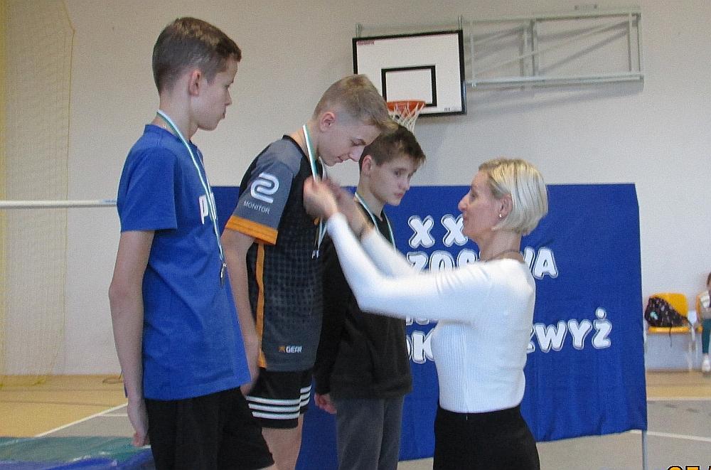Zawody w skoku wzwyż w szkole podstawowej w Gliniance