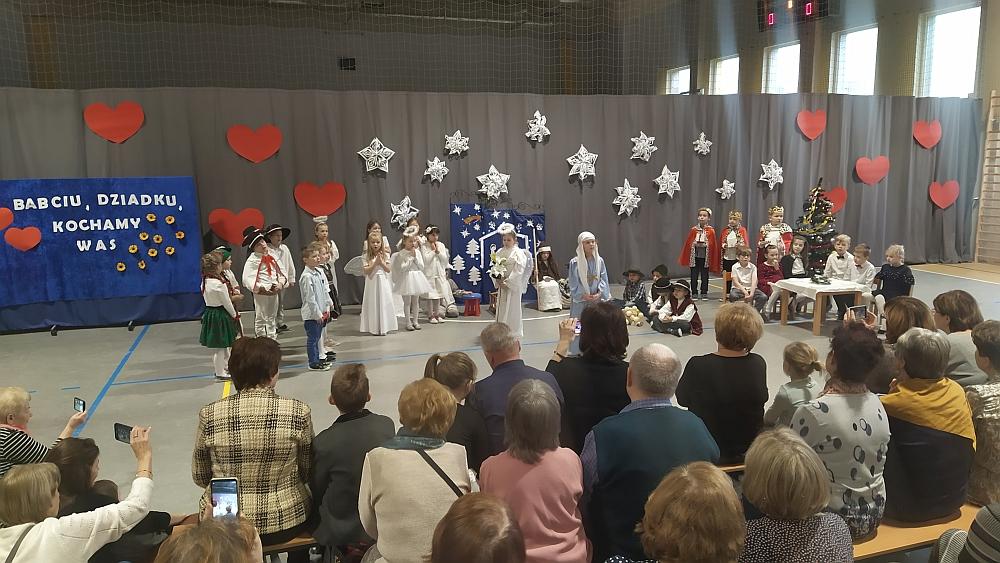 Występ dzieci podczas dnia babci i dziadka w szkole podstawowej w Gliniance