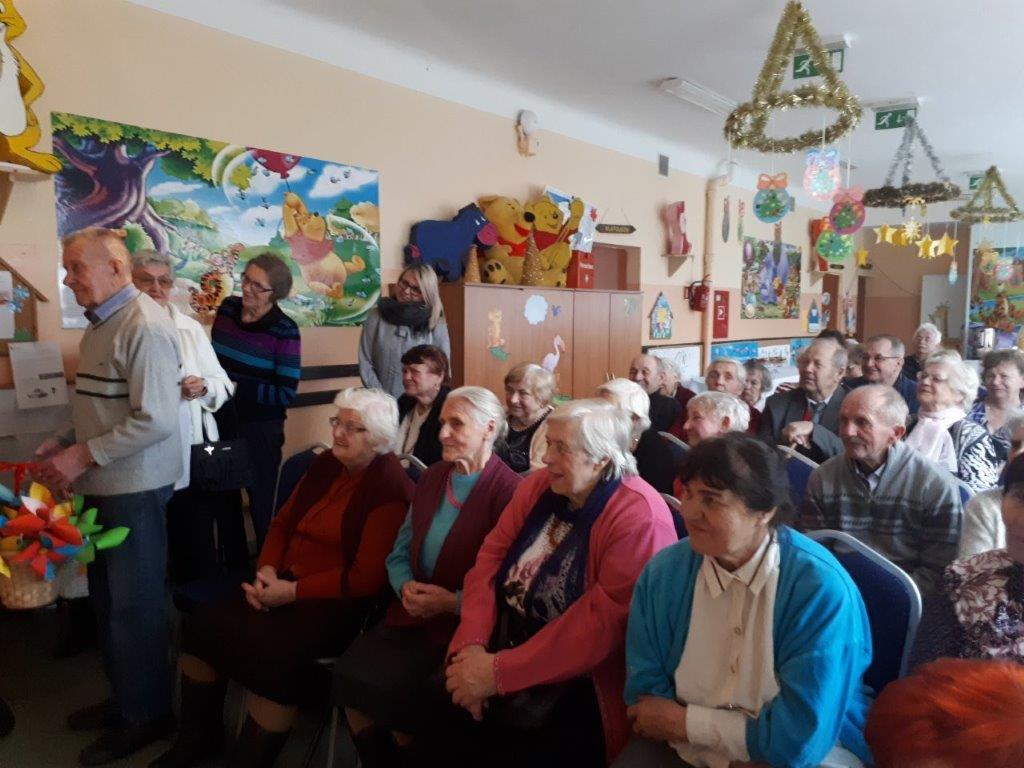 Seniorzy na spotkaniu z okazji dnia Babci i Dziadka w przedszkolu w Pęclinie