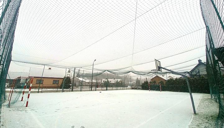 zielona siatka zabezpieczająca nad boiskiem w Majdanie