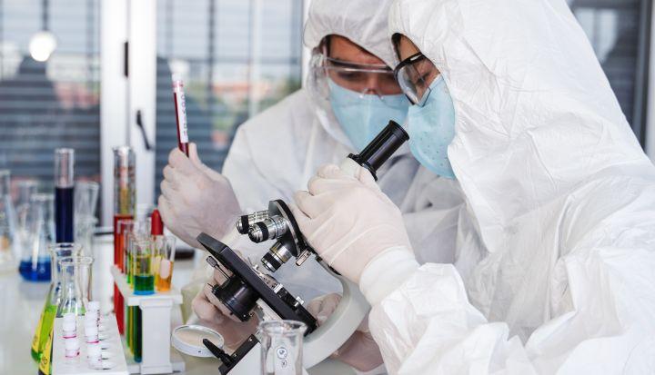 Laboratorium. Badanie próbki przez mikroskop