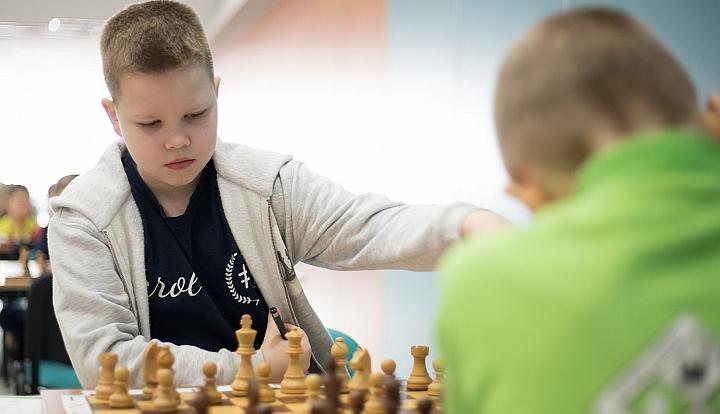 Karol Mielcuch, 9-loatek z wiązowny rozgrywa partię szachów