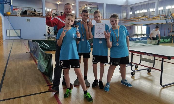 Drużyna tenisa ze szkoły w Wiązownie ze srebrnymi medalami