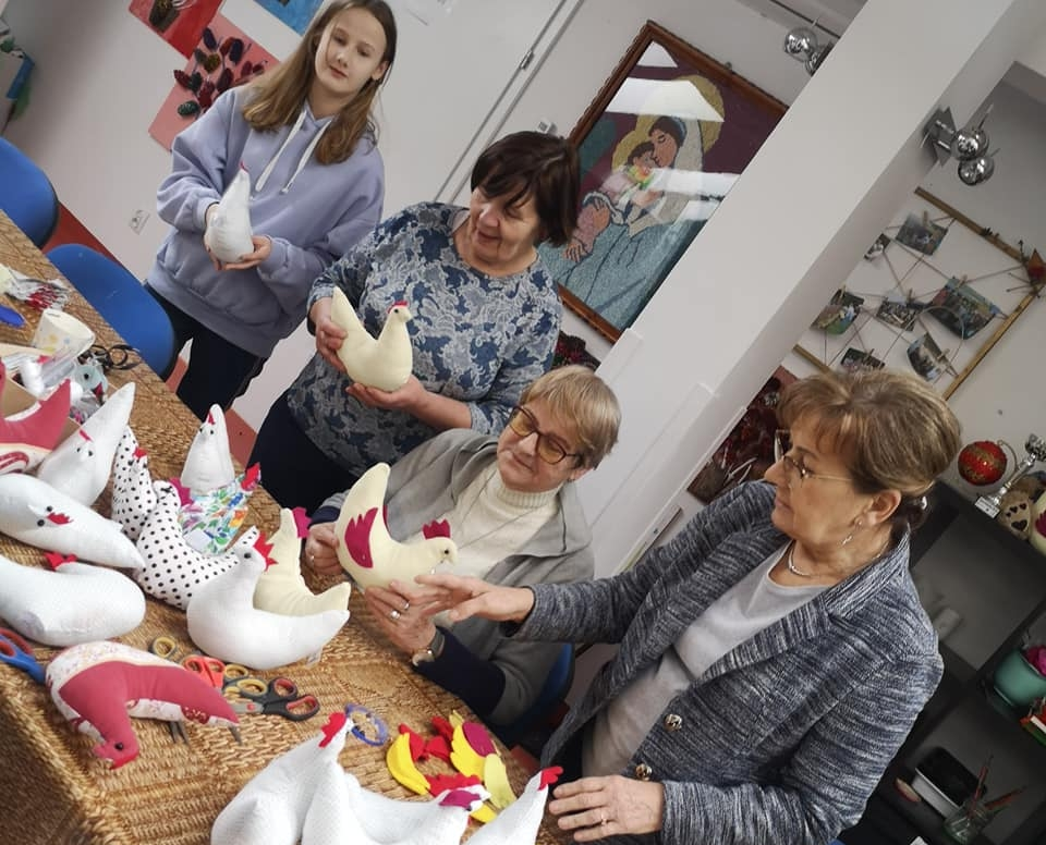 """Seniorzy z """"Senior+"""" w Woli Karczewskiej szyją wielkanocne maskotki"""