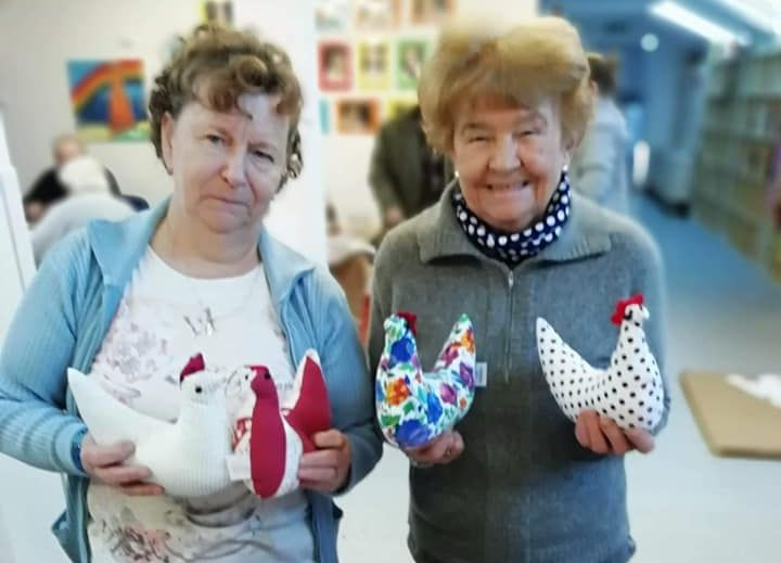 Seniorki prezentują uszyte przez siebie kurkę