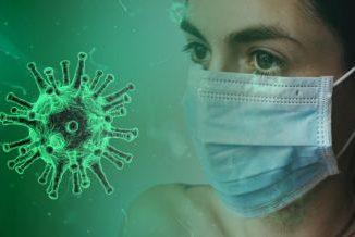 Kobieta w maseczce. W tle wirus na zielonym tle