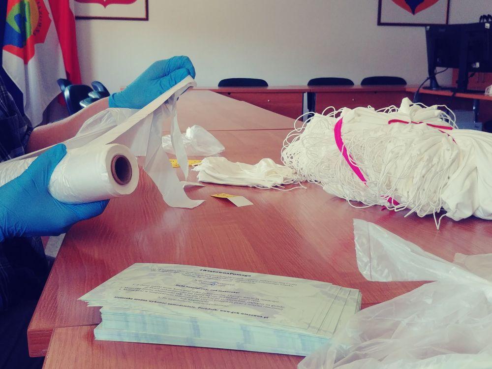 Pakowanie maseczek, które zostaną przekazane mieszkańcom Gminy Wiązowna