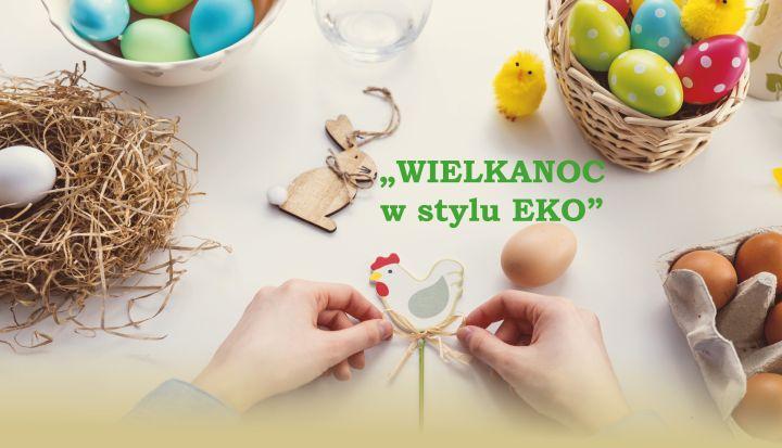 Stół z ozdobami wielkanocnymi - kolorowymi jajkami w koszykach. Ręce zawiązują tasiemkę w kokardkę na drewnianym kurczaku