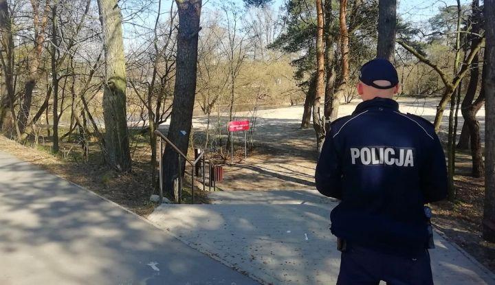 Policjant patrolujący teren parku w Otwocku