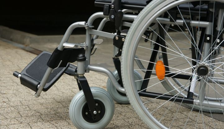 Szaro-czarny wózek inwalidzki