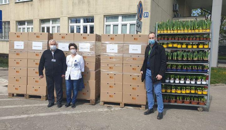 Firma Ogrodnicztwo Wiśniewski przekazała kwiaty Szpitalowi na ul. Szaserów w Warszawie w ramach akcji #KwiatyNaKorone